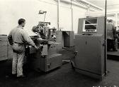 un ouvrier face à sa machine